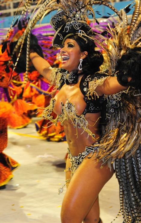 Dancer of Águia de Ouro sings the samba-enrede of the samba school. The plot tells the story of tropicalismo - photo: Flavio Morais / G1