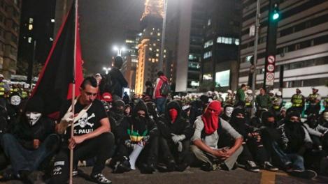 140221-5nov2013-pessoas-participam-de-mobilizacao-pelo-dia-mundial-de-guy-fawkes-sao-paulo-convocada-pelos-grupos-anonymous W540 100dpi