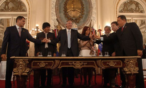 Rafael Correa, Evo Morales, Néstor Kirchner, Cristina Fernández, Luiz Inácio Lula da Silva, Nicanor Duarte, and Hugo Chávez at the signing of the founding charter of the Banco del Sur (Bank of the South) - photo: courtesy Presidencia de la Nación Argentina