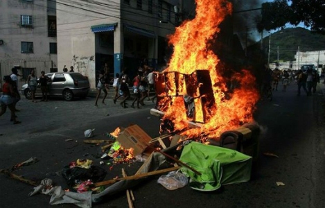 Protest in Madureira after the death of Claudia, dragged by a police car