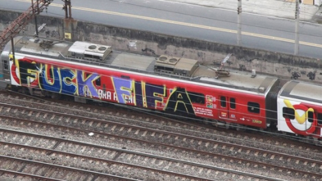Passenger train spray-painted with a curse against Fifa - Photo: Genilson Araújo/Agência O Globo
