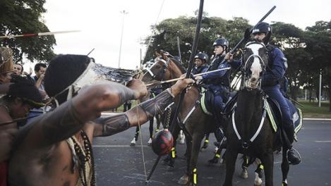 140544-Índios apontam flechas para a polícia durante protesto próximo ao estádio Mané Garrincha, em Brasília - Lunae Parracho-Reuters W540 100dpi