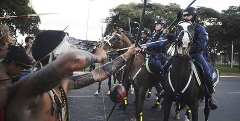 140544-Índios apontam flechas para a polícia - Lunae Parracho-Reuters 750x380 72dpi
