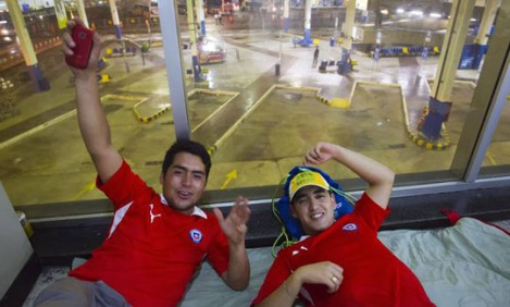 Chilean cousins sleep in the bus station, while waiting to embark the bus to Paraty - Photo: Fernando Quevedo/Agência O Globo
