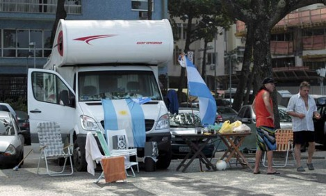 A typical improvised Argentinian Camping on the sidewalk of Copacabana - Photo: Marcelo Piu